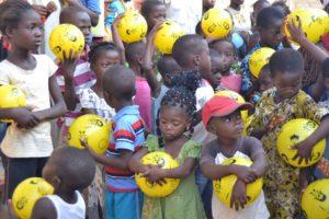 Kinder mit myball Bällen