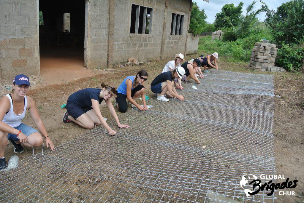 Das Team beim Bau des Gerüsts für den Wassertank